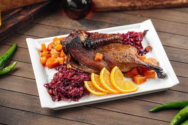 Блюдо из жареной утки по-пекински с разными салатами