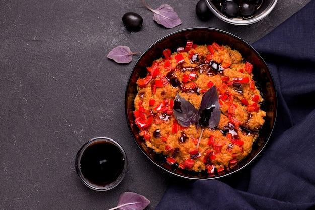 Блюдо из соевого мяса с овощами на черном фоне. копировать пространство