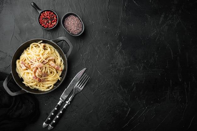 스파게티 요리 까르보나라 guanciale 계란과 페코 리노 로마노 치즈 세트 파스타의 현대 이탈리안 레시피