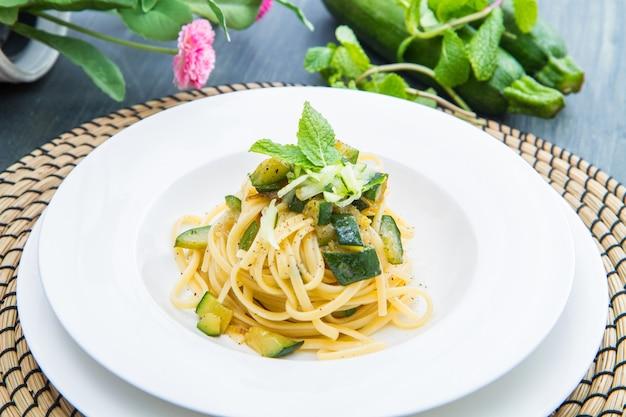 ズッキーニとミントの葉のスパゲッティ料理