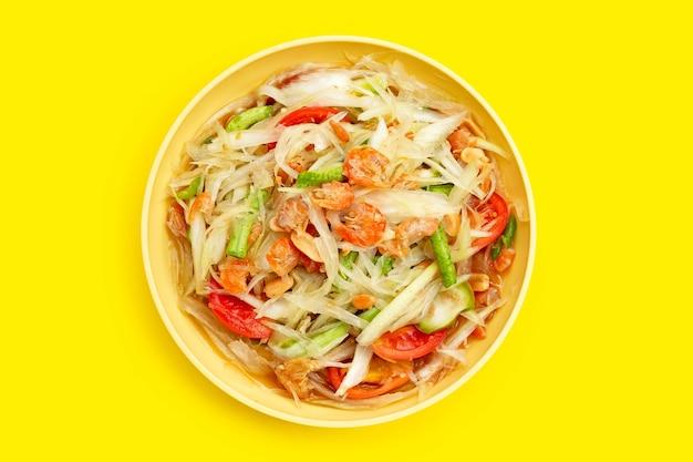 Блюдо из острого салата из папайи. вид сверху