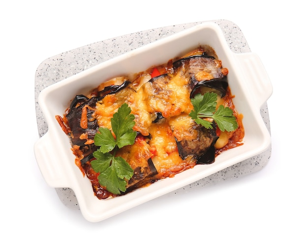 Блюдо из вкусных запеченных овощей на белом фоне