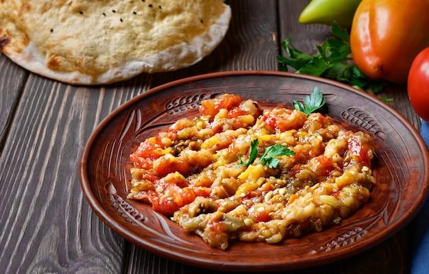 Блюдо турецкое. овощи на гриле, очистить, нарезать, смешать с оливковым маслом.