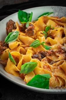 볼로네제 소스, 바질, 쇠고기를 곁들인 요리 파스타 탈리아텔레. 토마토 소스를 곁들인 이탈리아 전통 파스타. 확대