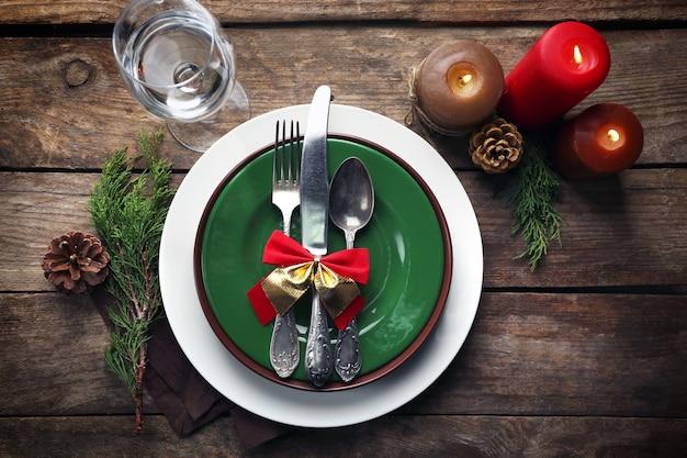 크리스마스 저녁 식사를 위해 테이블에 제공되는 접시 세트