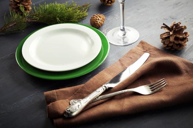 Набор посуды подается на стол на рождественский ужин