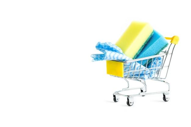 買い物かごの中の食器洗いスポンジ。