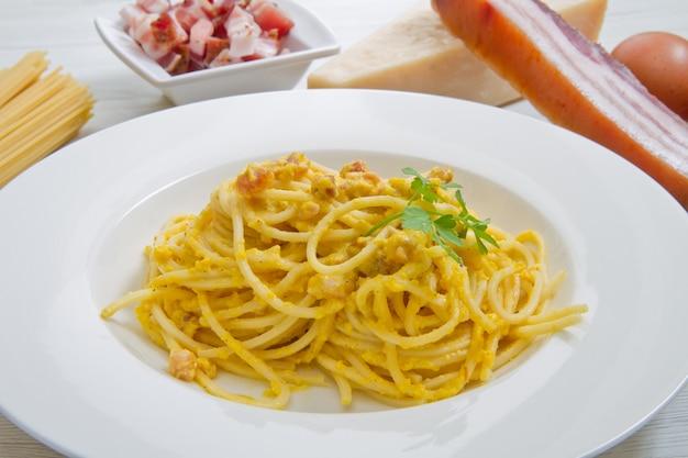 까르보나라의 스파게티와 하얀 나무 재료를 사용한 요리