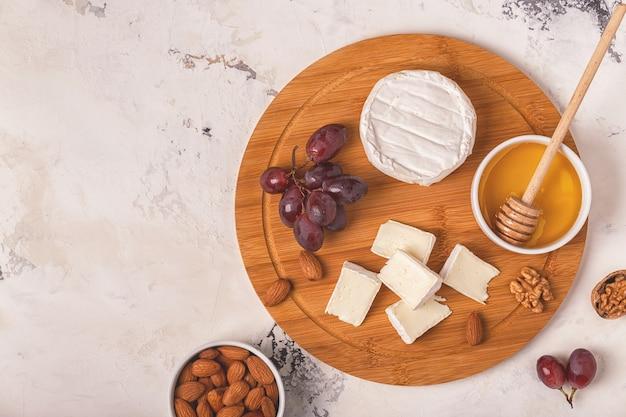 チーズ、ブドウ、ナッツ、蜂蜜を添えた料理