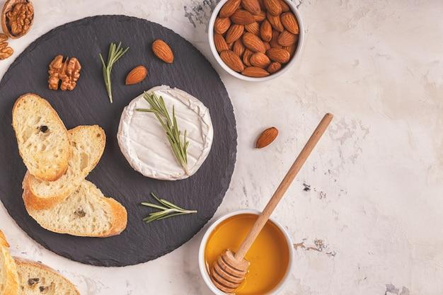 Блюдо с сыром, орехами и медом