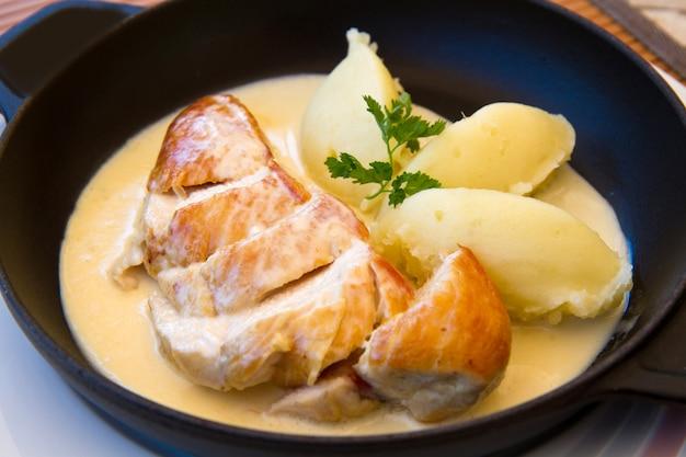 チキンミルクとピューレの料理