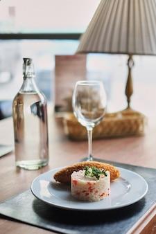 식당에서 밥과 볶음 요리. 재미있는 이탈리아 리조또 접시에 닫습니다.