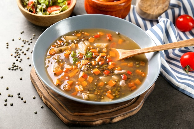테이블에 맛있는 렌즈 콩 수프 요리