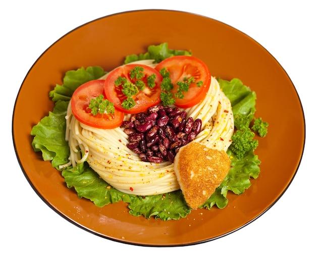 夕食の料理は、ハートの形の揚げパンで飾られています。