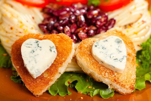 夕食の料理は、ハートの形をした揚げパンとブルーチーズを飾りました。