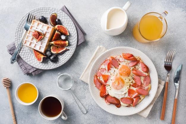 Посуда для дома приготовлена сытным завтраком.