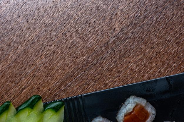 양 고추 냉이와 와사비를 곁들인 일식 요리. 아시아 음식 개념입니다. 복사 공간이 있는 상위 뷰입니다.