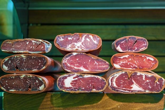 Блюда из мяса. ветчина, свинина холодная, салями, бастурма на прилавке в магазине