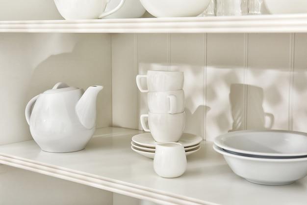 Посуда в шкафу на кухне