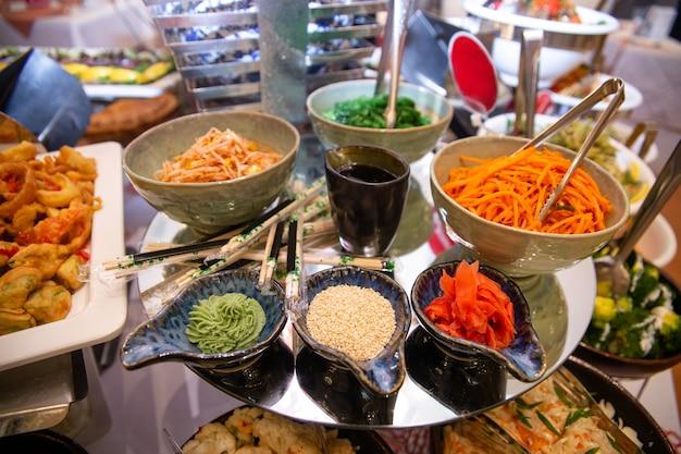 Блюда в ресторане на столе в бизнес-ланч.