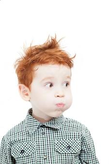 주근깨가있는 흐트러진 빨간 머리 소년, 외모와 그의 공기 볼을 부풀어