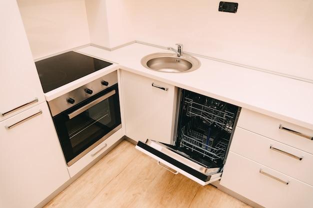 Посудомоечная машина на кухне кухонная техника