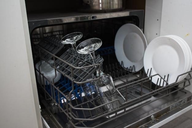 식기 세척기 태블릿. 부엌 청소. 식기 세척기에서 설거지하기