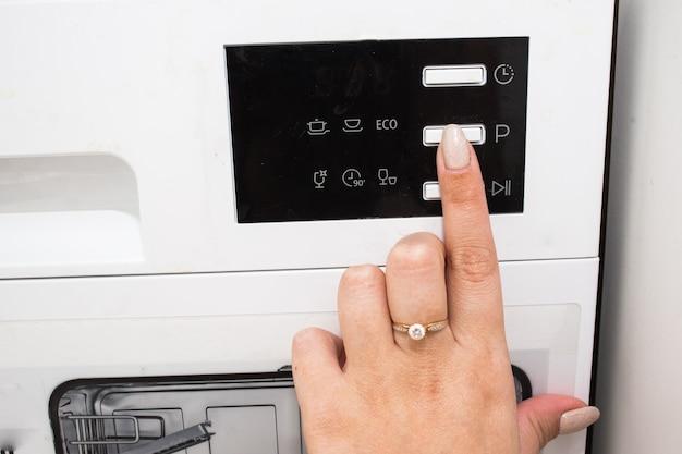 食器洗い機用タブレット。キッチンの掃除。食器洗い機で食器を洗う