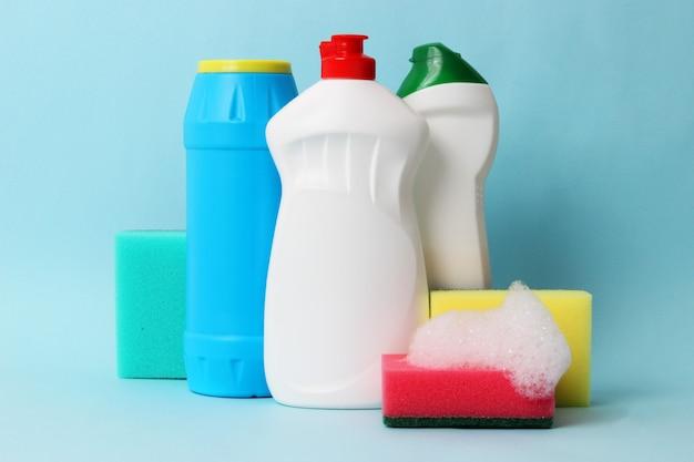 컬러 배경에 식기 세척 액체 클로즈업입니다. 고품질 사진