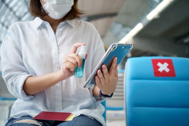표면의 물체에 부착되는 소독제 분무기 및 세균. 감염을 예방하십시오. covid 19 바이러스 또는 코로나바이러스 및 다양한 병원체. 개념 의료 시스템, 안전 및 손 소독제를 유지하십시오.