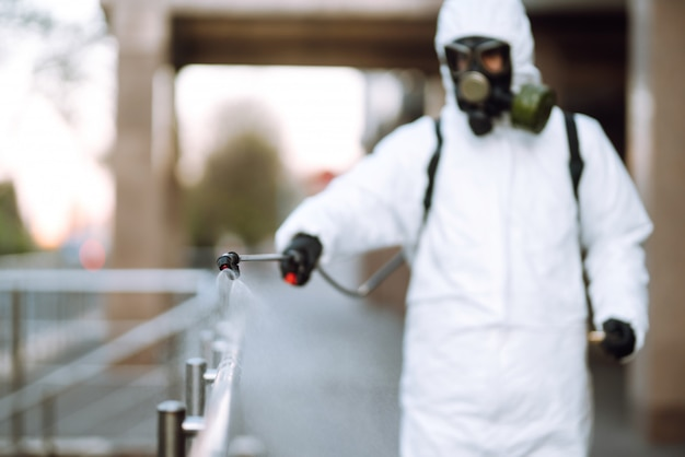 検疫市の夜明けに空の公共の場所の手すりにスプレー化学薬品を備えた消毒スプレー。 covid 19。クリーニングのコンセプト。