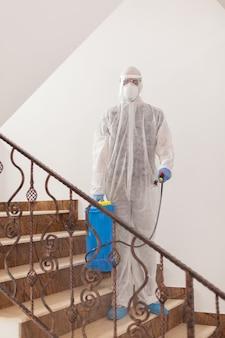 コロナウイルスに対する抗菌剤を広める防護服で働く消毒剤。