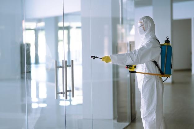 Covid-19を防ぐためのオフィスの消毒。