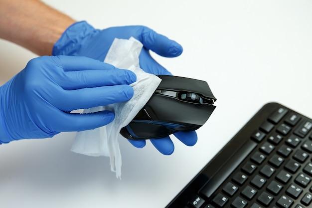 ワイプを消毒してキーボード、オフィスのマウスの表面を拭きます