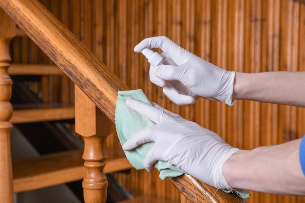 Дезинфекция перил лестниц. глубокая чистка для профилактики заболеваний ковид-19. спирт, дезинфицирующий спрей на салфетках banister в домашних условиях для безопасности, заражение вирусом covid-19