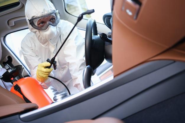 車を消毒剤で処理する防護服とゴーグルの消毒剤