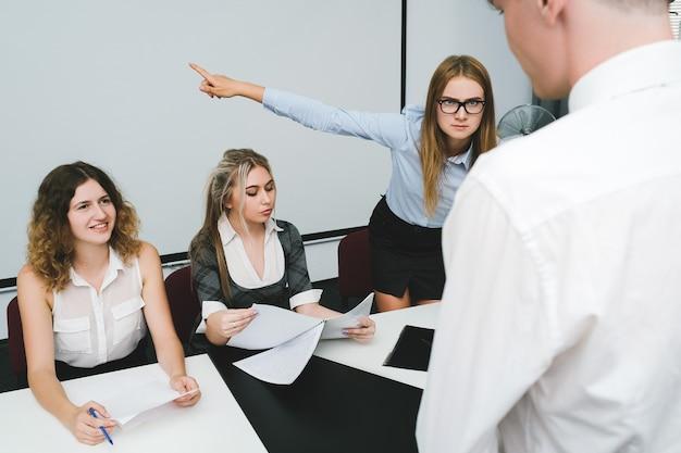 Увольнение виновного офисного работника человека выгнать