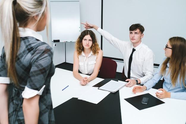 Увольнение виновной офисной работницы. строгие начальники. распорядок дня работающих людей. выгонять жест.