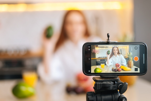 이국적인 과일에 대해 이야기하는 음식 블로거 여성을 위한 카메라 녹화 비디오 블로그 표시