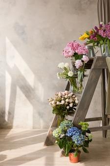 花束のあるフラワーショップの展示。色とりどりの花からの既製の組成物の販売。広告用のモックアップ