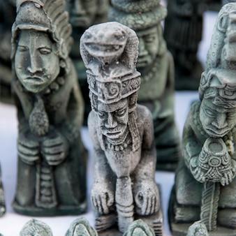Отображение скульптур для продажи на рынке, баррио-эль-центро, копан, копан-руинас, гондурас