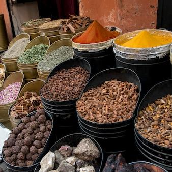 Отображение различных специй на рынке специй, медина, марракеш, марокко
