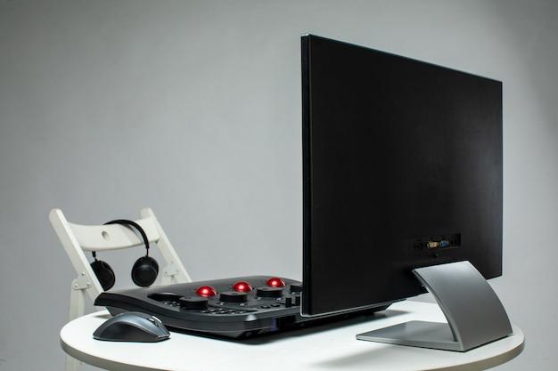 Дисплей с каким-нибудь устройством на столе