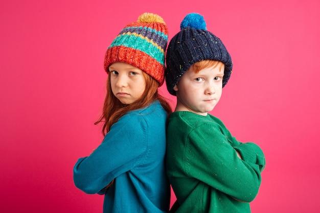 不機嫌な怒っている小さな子供たち