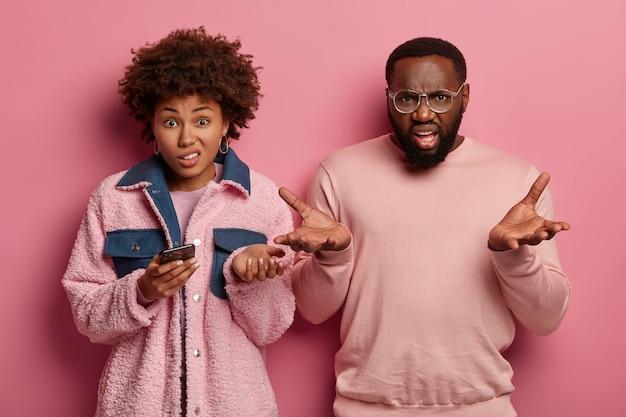 Donna e uomo afroamericani esitanti infastiditi dispiaciuti