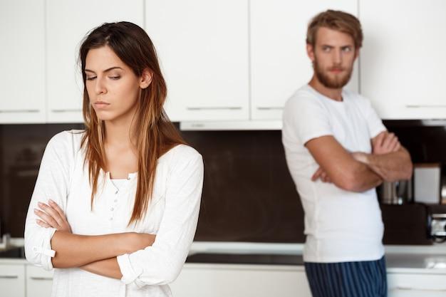 Недовольная красивая брюнетка девушка в ссоре со своим парнем