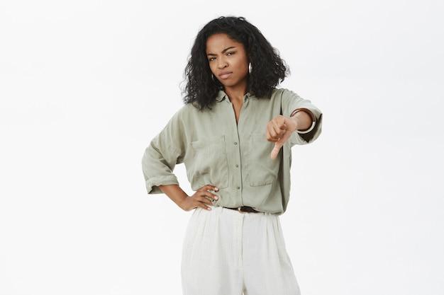 Dispiaciuto schizzinoso elegante e attratice datore di lavoro afroamericano femminile antipatia