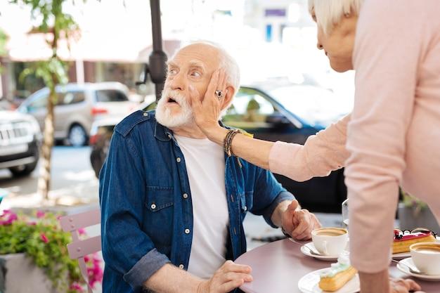 Недовольная старшая пара ссорится и женщина дает пощечину