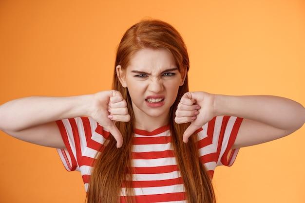Недовольная, несчастная, рыжая, зритель, хмурясь, разочарованно дает плохой отзыв смотреть ужасный фильм ...
