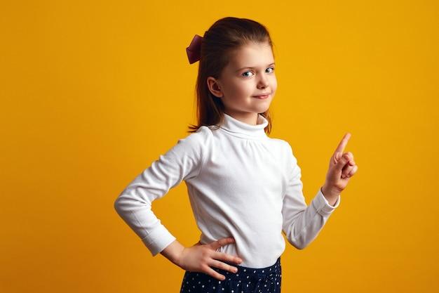 Недовольная молодая девушка машет указательным пальцем в жесте запрета и запрета